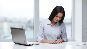 Vrouw met documenten en pen vullende vorm stock video