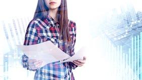 Vrouw met documenten in stad, grafieken royalty-vrije stock afbeelding