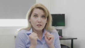 Vrouw met doen schrikken en angst aangejaagde uitdrukking op gezichts grote ogen en geopende mond die door onverwachte negatieve  stock footage