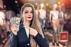 Vrouw met dollarbankbiljetten in opslag, het winkelen conceptie royalty-vrije stock foto's