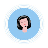 Vrouw met donker haar met hoofdtelefoons met microfoon Vlak pictogram Stock Fotografie