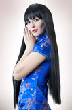 Vrouw met donkerbruin lang haar Stock Foto's