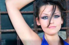 Vrouw met donkere oogmake-up Stock Foto