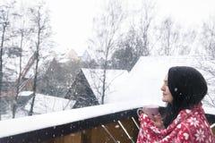 Vrouw met drank en deken onder sneeuwval Stock Afbeelding
