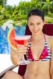 Vrouw met dranken openlucht Stock Foto's