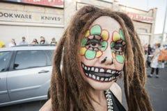 Vrouw met Dreadlocks in Dia De Los Muertos Makeup Royalty-vrije Stock Foto's