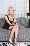 Vrouw met drinkbeker wijn Stock Fotografie