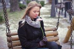 Vrouw met droevig en alleen bloem royalty-vrije stock foto