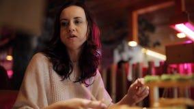 Vrouw met echtgenoot en kinderen die diner in sushirestaurant hebben stock videobeelden