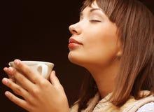 Vrouw met een aromatische koffie royalty-vrije stock afbeeldingen