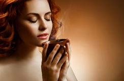 Vrouw met een aromatische koffie in handen Royalty-vrije Stock Afbeelding