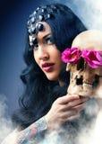 Vrouw met een bleke gezicht en een schedel Royalty-vrije Stock Foto's
