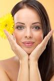 Vrouw met een bloem in haar haar royalty-vrije stock afbeeldingen