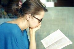 Vrouw met een boek Royalty-vrije Stock Foto
