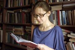 Vrouw met een boek Stock Fotografie