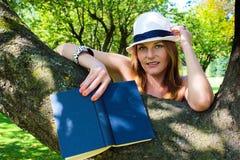 Vrouw met een boek in haar hand het Glimlachen Royalty-vrije Stock Foto