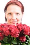Vrouw met een boeket van rode rozen royalty-vrije stock foto's