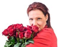 Vrouw met een boeket van rode rozen royalty-vrije stock afbeeldingen