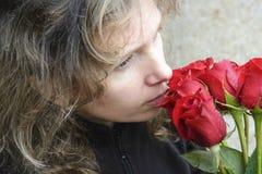 Vrouw met een boeket van rozen Stock Afbeeldingen