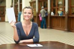 Vrouw met een brief royalty-vrije stock afbeeldingen