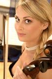 Vrouw met een cello Stock Afbeeldingen