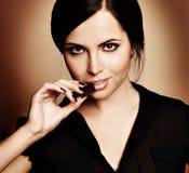 Vrouw met een chocolade Stock Foto
