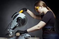 Vrouw met een cirkelschijfzaag Stock Foto's