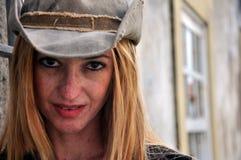 Vrouw met een coboy hoed Stock Foto's