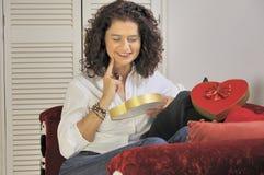 Vrouw met een doos chocolade Stock Afbeeldingen