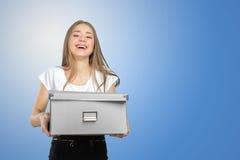 Vrouw met een doos naar een nieuw bureau te verplaatsen Stock Foto's