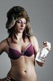 Vrouw met een fles wodka Stock Foto's