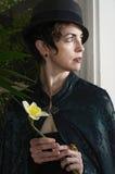 Vrouw met een gele narcis stock afbeeldingen