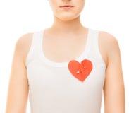 Vrouw met een gespeld document hart Stock Afbeeldingen