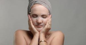 Vrouw met een gezichtsbladmasker  royalty-vrije stock afbeeldingen
