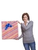 Vrouw met een giftdoos royalty-vrije stock foto's