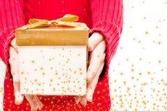 Vrouw met een giftdoos in handen Stock Afbeelding