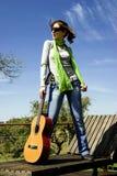 Vrouw met een gitaar stock foto