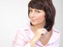 Vrouw met een haarborstel Stock Foto