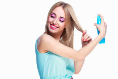 Vrouw met een haarlak stock fotografie