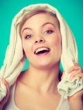 Vrouw met een handdoek rond haar schouders het glimlachen Royalty-vrije Stock Foto's