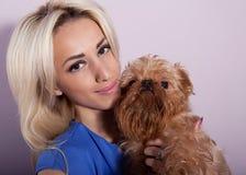 Vrouw met een hond Royalty-vrije Stock Afbeelding
