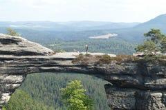 Vrouw met een hond op de rotsen stock fotografie