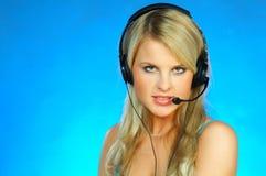 Vrouw met een Hoofdtelefoon Stock Afbeeldingen