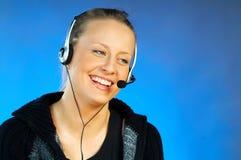 Vrouw met een Hoofdtelefoon Royalty-vrije Stock Afbeelding
