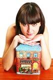 Vrouw met een huis stock afbeelding