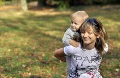 Vrouw met een jongen op de rug Royalty-vrije Stock Fotografie