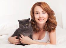 Vrouw met een kat royalty-vrije stock afbeelding