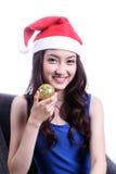 Vrouw met een Kerstmishoed en een dragende rubberbal Stock Foto