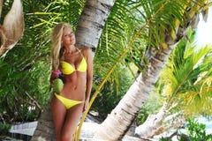 Vrouw met een kokosnotencocktail Stock Afbeeldingen