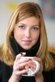 Vrouw met een kop thee Stock Foto's